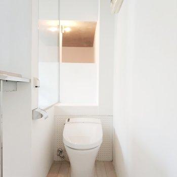 白基調でほんわかしているトイレ。