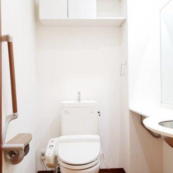 洗面台とお手洗いは同じスペースに。上部に収納もありますよ。※写真は前回募集時のものです