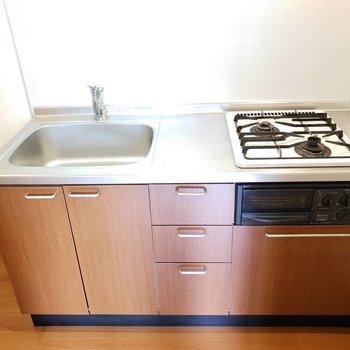 2口コンロに調理場有り、シンクも広めな優秀キッチン。※写真は前回募集時のものです