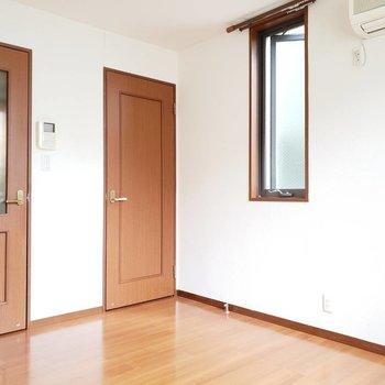 小窓もあります。涼しい季節には窓全開で過ごしたい。※写真は前回募集時のものです