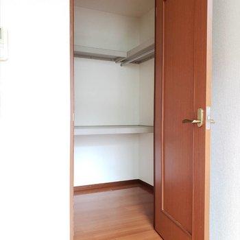 扉の向こう側その1。広々ウォークインクローゼット!※写真は前回募集時のものです