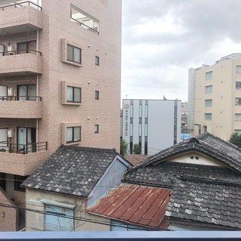 建物の間に空が見えます!