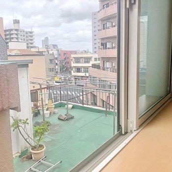 小さい窓から見えるのは、お隣の屋上ですね