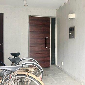 入り口には、自転車も置けちゃいます!