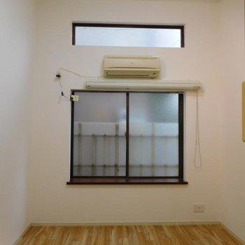天井が高いので狭いですが閉塞感はありません。※1階別部屋反転間取りの写真です。