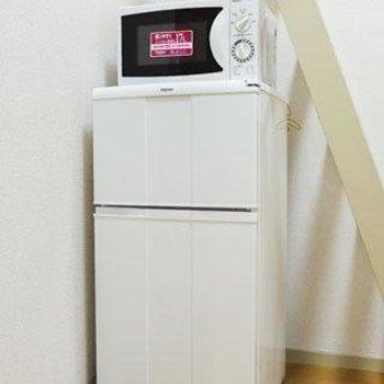 冷蔵庫と電子レンジがついてきます!【不要であれば撤去いたします】※1階別部屋反転間取りの写真です。