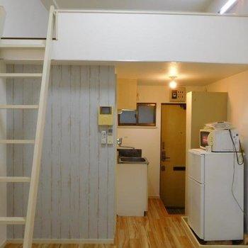 水色の壁とかハシゴとか、なかなか良い雰囲気。※1階別部屋反転間取りの写真です。
