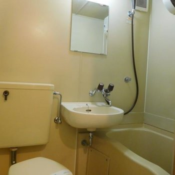 お風呂は3点ユニットです。※1階別部屋反転間取りの写真です。