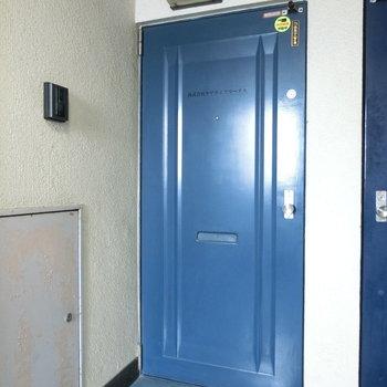 鮮やかなブルーの玄関扉