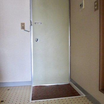 玄関はこじんまりとしています。シューズボックスがないのが不便かな、、※写真は通電前のものです