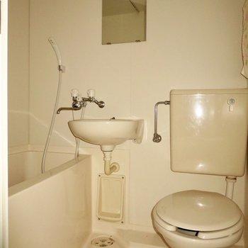 お風呂やトイレはひとつにきゅっとまとめて※写真は通電前のもので、フラッシュを使用しています