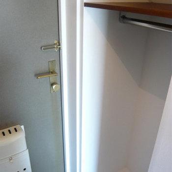 玄関にもオープンクローゼット。※写真は前回募集時のものです