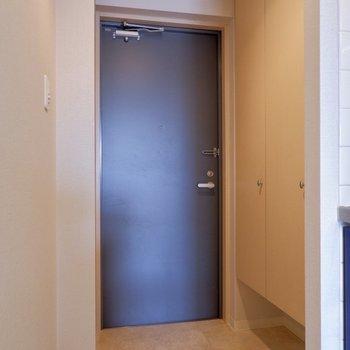 玄関入り廊下からタイル調の床!
