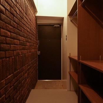 玄関先にオープン収納あります!