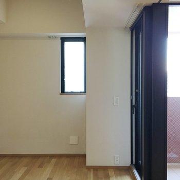 小窓もある洋室スペース。