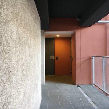 おうちの廊下。壁にも高級感。