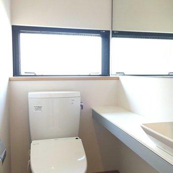 おトイレにも洗面台や鏡もついてます◎