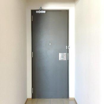 玄関の取っ手も真四角でかっこいい。