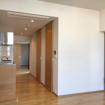 洋室のまどをあけると、空気がすーっとぬけてくれる空間に。