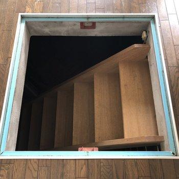 リビングには地下への階段!※写真はクリーニング前のものです。