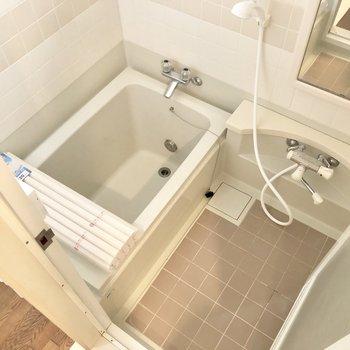 浴槽は深さがありますよ!※写真はクリーニング前のものです。