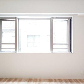 リビングは大きな窓で採光たっぷり!