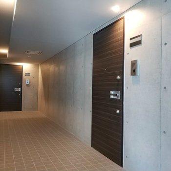 エレベーター降りてすぐ!手前右側のお部屋です。