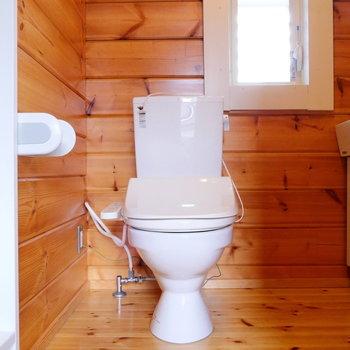 その横にトイレ。広々使えます!