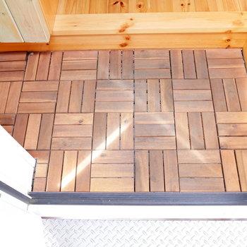 玄関も、木のタイル。木琴みたいでかわいい。