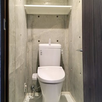 温水洗浄付きのトイレ。ストックは上部のラックに。