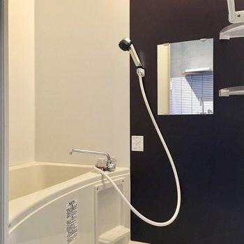 向かいにバスルーム。シックなデザインです。