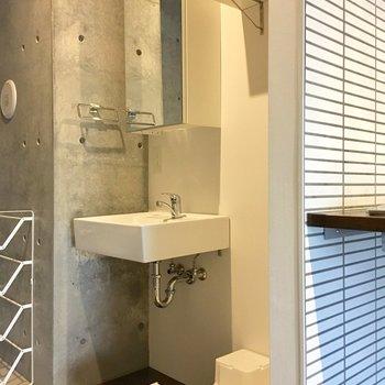 キッチンの隣に洗濯機と洗面台。