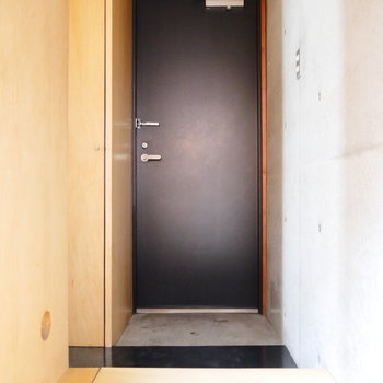 玄関はこちら。その左手に収納です。 ※フラッシュ撮影です