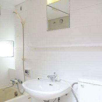 洗面台にはちゃんと鏡あります。