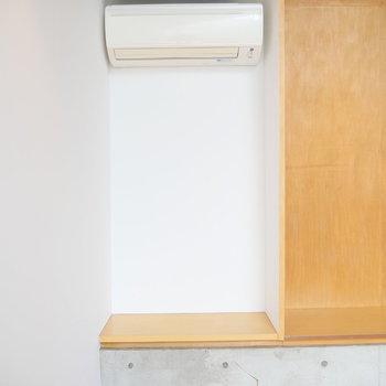 上階部のエアコン下も収納にできそう!