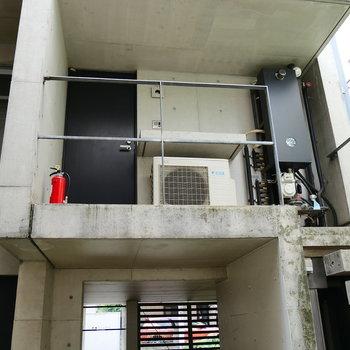 玄関は2階部分に。
