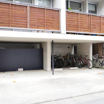 駐車場と駐輪場あります。