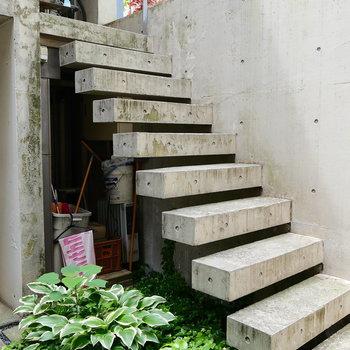 この階段の先。