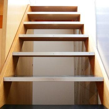 この階段を降りてきて・・・