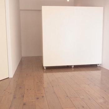 白い箱が可動式収納です ※6階同間取りのお部屋の写真です