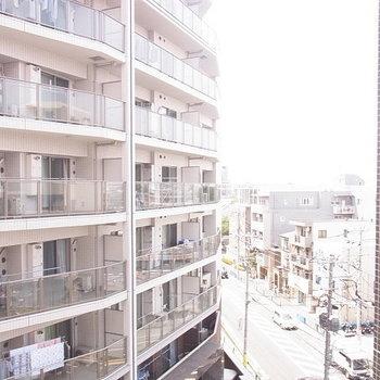 眺望。隣も大きなマンションです ※6階同間取りのお部屋の写真です