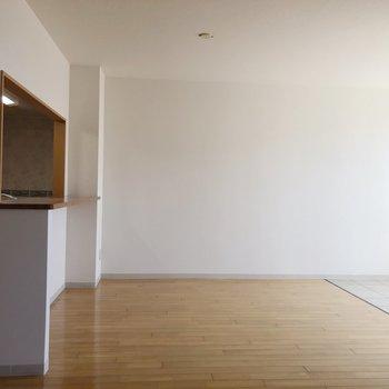 【LDK】窓の向かい側はカウンターとして使えそうなキッチンのテーブル