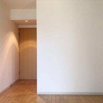 【洋室7.47帖】向かい側は白い壁