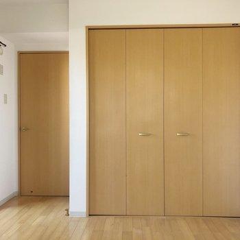 【洋室6.27帖】こちらの部屋にも大きなクローゼット