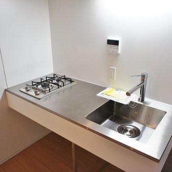 ステンレスのクールなキッチン ※写真は同じ間取りの3階の別部屋となります。