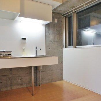キッチン廻りもゆったりと ※写真は同じ間取りの3階の別部屋となります。