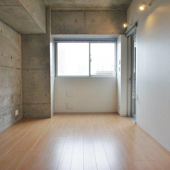シンプルに整った空間で ※写真は同じ間取りの3階の別部屋となります。