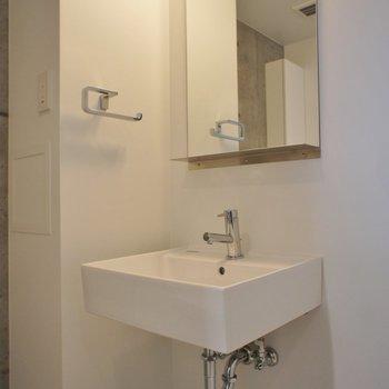 洗面台もこのくらいで十分 ※写真は同じ間取りの3階の別部屋となります。