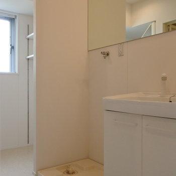ゆったりした脱衣・洗面所。奥の棚、重宝しそう。(※写真は同間取り別部屋のものです)