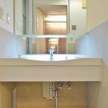 使いやすそうな洗面台。※写真は別室です。